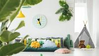 Bunda juga bisa menambahkan tanaman atau dekorasi dengan nuansa tropis sehingga memberi kesan segar di ruang main anak. (Foto: iStock)