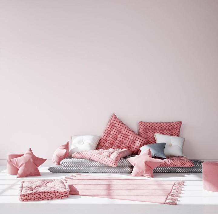 Serba pink, mungkin bisa jadi pilihan Bunda dan anak perempuan yang suka warna tersebut. Tambahkan cushion agar ruang main anak aman dan nyaman. (Foto: iStock)