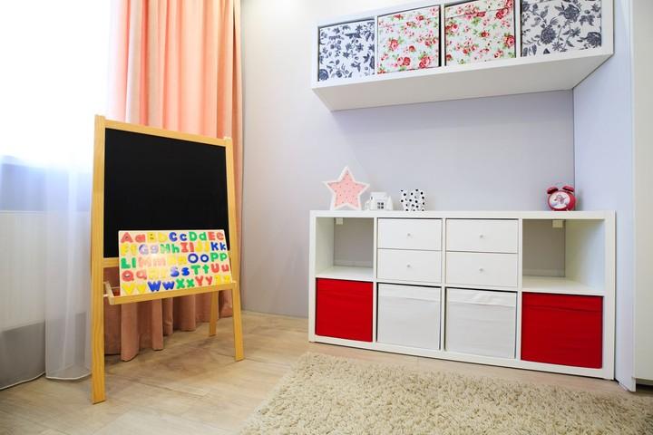 Kalau dekorasinya seperti ini, rasanya seperti di sekolah ya? Bunda juga bisa bermain dan belajar dengan si kecil. Laci dan boks penyimpanan mainan juga membuat ruangan terlihat lebih rapi. (Foto: iStock)