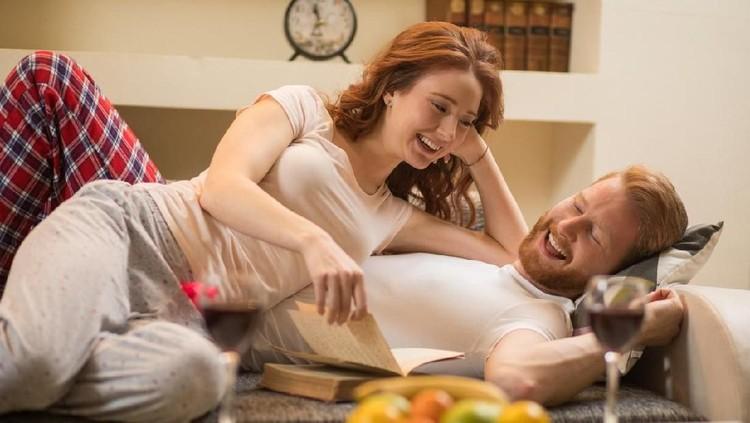 Meski tubuh lelah, tapi enggak boleh mengganggu keintiman sama Ayah. Intip posisi yang bisa dicoba tanpa perlu banyak tenaga.