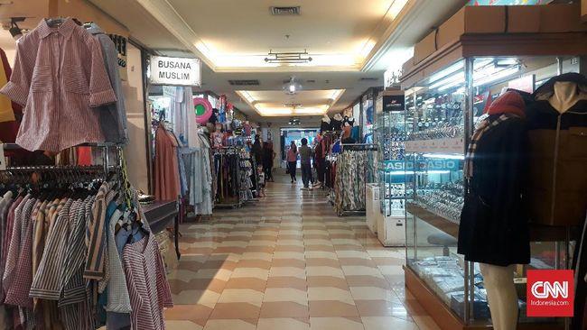 Kondisi pusat perbelanjaan di Jakarta, Jumat (12/7). Pengunjung beberapa pusat perbelanjaan turun akibat perubahan preferensi masyarakat kepada pola leisure.
