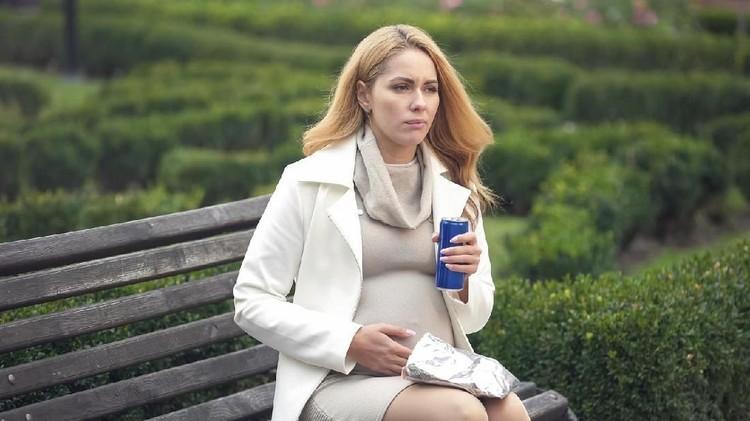 Banyak pasangan yang percaya kalau banyak minum soda bisa menyebabkan susah hamil. Bagaimana faktanya?