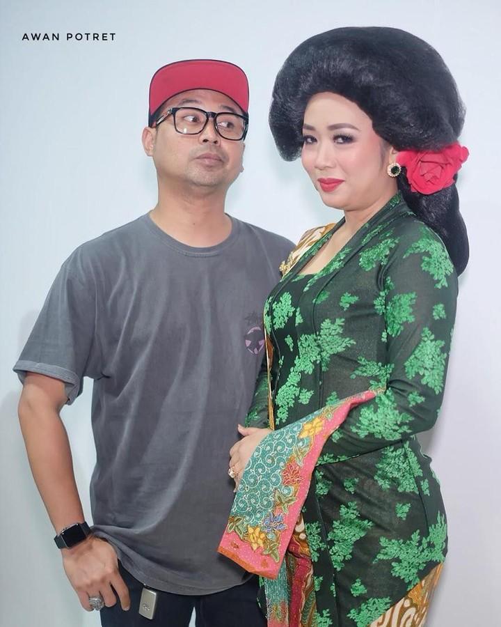 Sudah 16 tahun menikah, rumah tangga Soimah dan suami terlihat semakin seru. Lihat potret kocak mereka yuk, Bun.