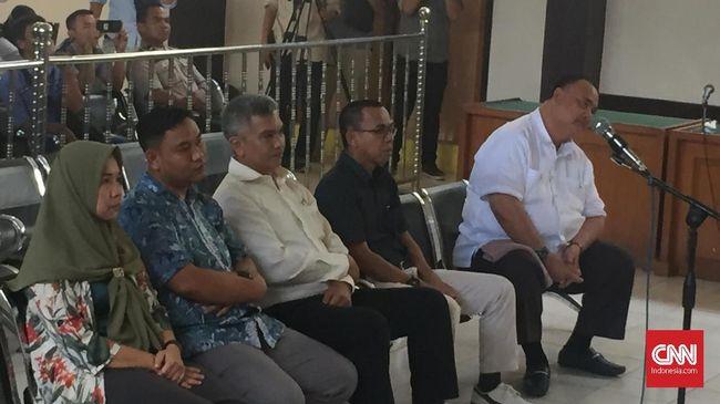 Lima komisioner KPU Palembang terbukti secara sah dan meyakinkan menghilangkan hak pilih warga. Mereka divonis 6 bulan penjara dengan masa percobaan 1 tahun.