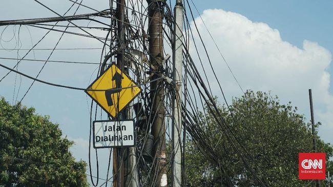Seorang pemuda meninggal dunia karena tersengat listrik di kawasan Serdang, Jakarta Pusat, yang tergenang air sejak Rabu (1/1) dini hari.