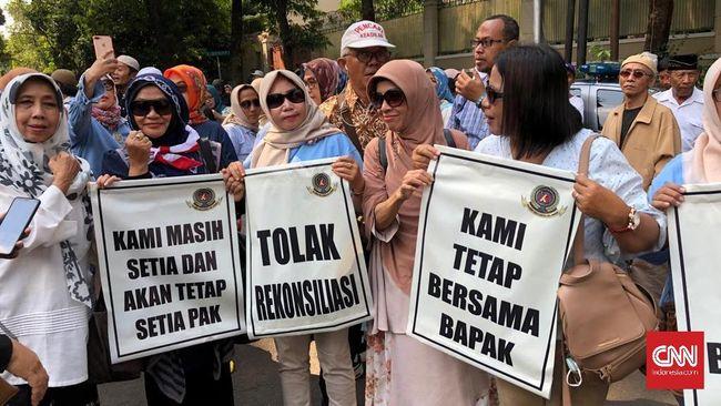 Ratusan emak-emak pendukung Prabowo Subianto-Sandiaga Uno berdemo di Jalan Kertanegara dan meminta keduanya tetap jadi oposisi serta menolak rekonsiliasi.