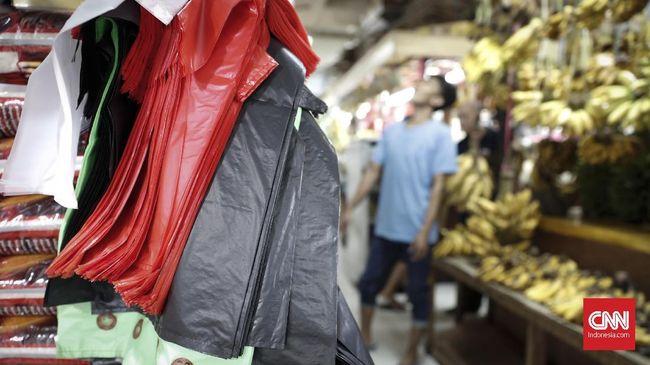 Warga dan pedagang menggunakan kantong plastik di Pasar Tebet, Jakarta, Jumat, 12 Juli 2019. Wahana Lingkungan Hidup (Walhi) menilai pemberlakuan cukai plastik tidak efektif untuk mengurangi jumlah sampah plastik yang tidak ramah lingkungan. Organisasi nonprofit tersebut menilai pemberlakuan cukai plastik, apalagi disertai aturan berdasarkan gradasi plastik bakal rentan dimanipulasi oleh industri.CNNIndonesia/Safir Makki