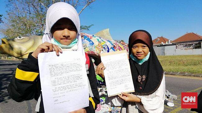 Anak-anak di Jawa Timur mengirim surat protes ke Donald Trump karena Amerika diduga mengekspor sampah plastik yang terkontaminasi limbah beracun ke Indonesia.