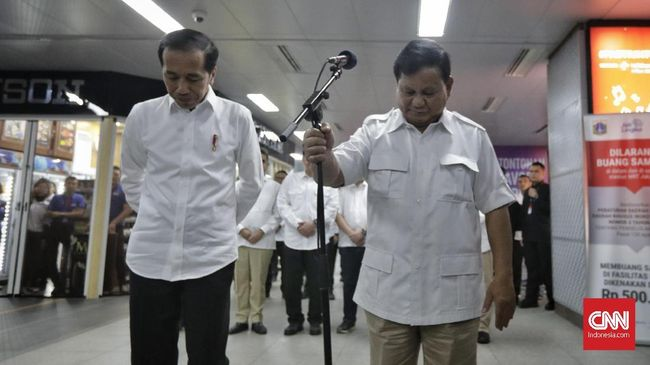 Presiden Joko Widodo (kiri) dan Ketua Umum Partai Gerindra Prabowo Subianto (kanan) memberikan keterangan kepada wartawan di Stasiun MRT Senayan, Jakarta, Sabtu, 13 Juli 2019. CNN Indonesia/Adhi Wicaksono