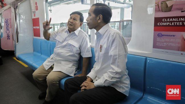 Presiden Joko Widodo (kanan) berbincang dengan Ketua Umum Partai Gerindra Prabowo Subianto (kedua kanan) di dalam gerbong kereta MRT di Jakarta, Sabtu, 13 Juli 2019. CNN Indonesia/Adhi Wicaksono