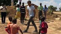 Bukan main tenis, kali ini Federer ditantang anak-anak main sepakbola. Bisa enggak ya? (Foto: @rogerfederer.foundation)