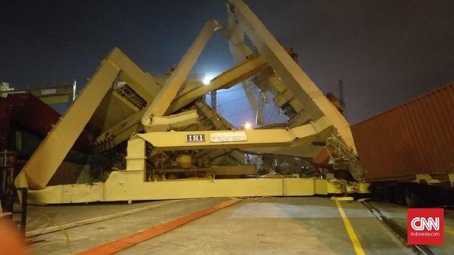 Kantor Kesyahbandaran dan Otoritas Pelabuhan (KSOP) Kelas I Tanjung Mas melakukan pemeriksaan paska insiden kapal kontainer yang menabrak crane bongkar muat.