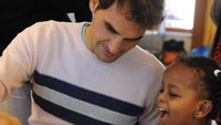 Melalui yayasan tersebut, ayah empat anak ini makin dekat dengan anak-anak. (Foto: Instagram @rogerfederer.foundation)
