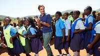 Kira-kira ini lagi apa ya? Kelihatannya seru banget bareng anak-anak perempuan di Afrika. (Foto: Instagram @rogerfederer.foundation)