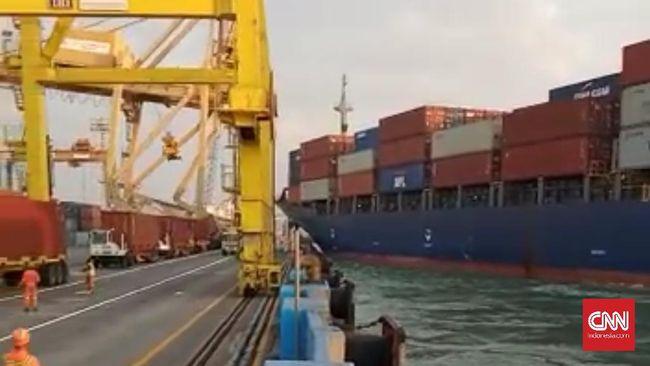 Dugaan sementara tali haluan kapal putus sehingga kapal tak terkendal dan menabrak crane hingga roboh.