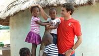 Bukan cuma jago main tenis, Roger Federer juga berjiwa sosial. Pria 37 tahun ini membangun yayasan Roger Federer Foundation untuk pendidikan anak-anak. (Foto: Instagram @rogerfederer.foundation)