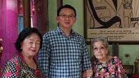 <p>Ahok memang terkenal dekat dengan sang ibu. Enggak jarang, pria 53 tahun itu mengajak Buniarti ke berbagai acara. Salah satunya saat mengunjungi Ibu Meriyati Hoegeng, istri mantan Kapolri, almarhum Hoegeng Imam Santoso. (Foto: Twitter @basuki_btp)<br /><br /></p>