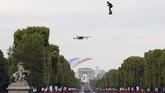 Seorang pria yang menjadi pengusaha dan inovator Perancis, Franky Zapata, melakukan aksi dengan papan terbang di langit Perancis.