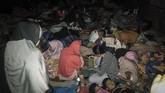 Warga memilih tidur di ruang terbuka setelah gempa berkekuatan magnitudo 7,2 mengguncang sejumlah daerah di Maluku Utara, Minggu (14/7).