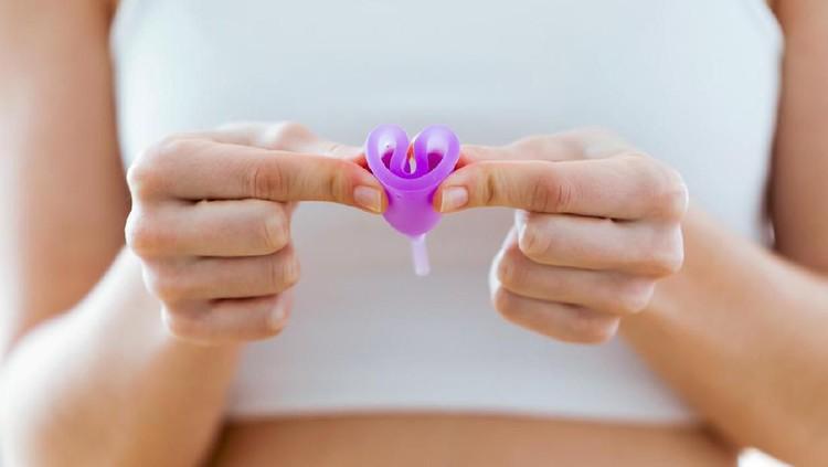 Bunda ingin mencoba memakai menstrual cup saat haid? Perhatikan duu 8 hal ini.