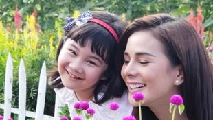 Momen Astrid Tiar Dampingi Putrinya di Hari Pertama Sekolah