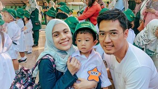 10 Momen Bunda & Ayah Seleb Antar Anak di Hari Pertama Sekolah