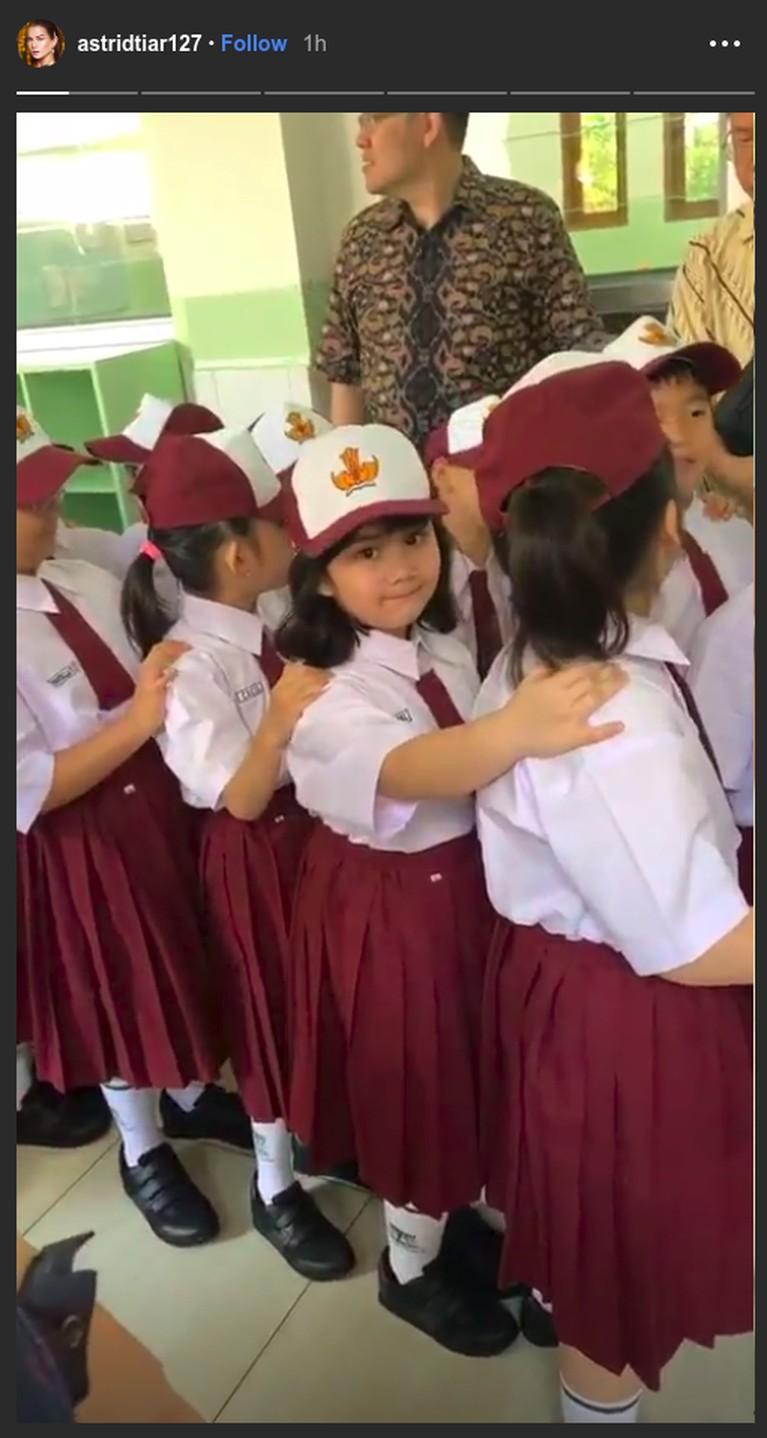 Momen hari pertama anak Astrid Tiar, Dialucita Annabel Estheressa Thiorina Situmorang masuk sekolah dasar. Astrid mengabadikan saat putrinya itu baris sebelum masuk kelas.