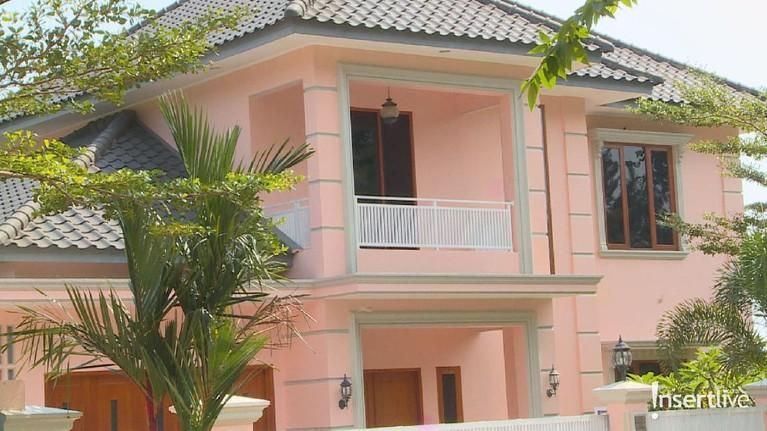 Rumah mewah berwarna merah muda ini terlihat sangat megah dan besar. Jika memang Pablo benar memiliki kekayaan yang melimpah, memungkinkan jika Pablo membeli dan memiliki secara pribadi rumah mewah ini.