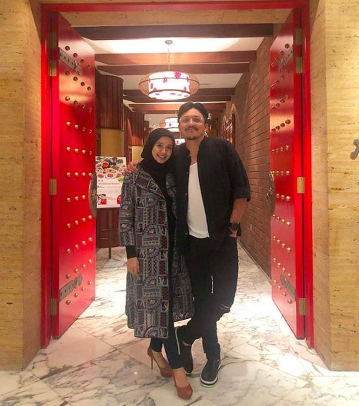Hampir dua tahun menikah, rumah tangga Laudya Cynthia Bella dan Engku Emran adem ayem. Intip kebersamaan mereka yang jauh dari sorot kamera dan media.