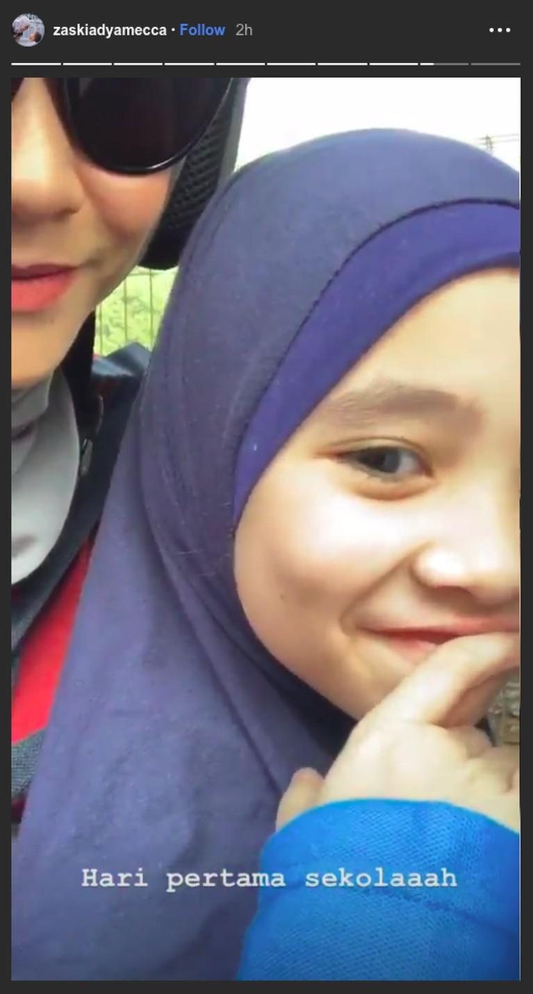 Zaskia Adya Mecca dan Hanung Bramantyo juga tak mau ketinggalan untuk mengantar anaknya ke sekolah di hari pertama usai liburan panjang. Pasnangan ini naik motor untuk mengantarkan anak mereka, Kana Sybilla Bramantyo ke sekolah.