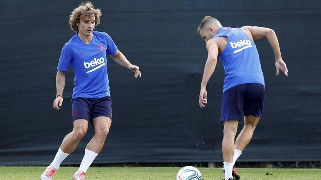 Penyerang Antoine Griezmann melakoni latihan perdana dengan Barcelona di Joan Gamper pada Senin (15/7) waktu setempat usai direkrut dari Atletico Madrid.