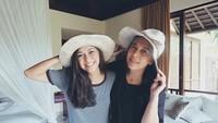 """<p>Foto ini diunggah Nana Mirdad saat mengucapkan selamat ulang tahun untuk sang bunda, Lydia Kandou. """"<em>To the strongest and the most beautiful mother ever. Selamat ulang tahun, mama. Semoga mama diberi kebahagiaan, kesehatan dan umur yang panjang</em>,"""" tulis Nana. <em>So sweet ya.</em> (Foto: Instagram @nanamirdad_)</p>"""