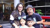 <p>Menikah dengan Ayu Natasha pada 2010, kini Wendi Cagur telah dikaruniai dua orang anak. Keluarga kecil mereka kompa banget. (Foto: Instagram @wendicagur)</p>