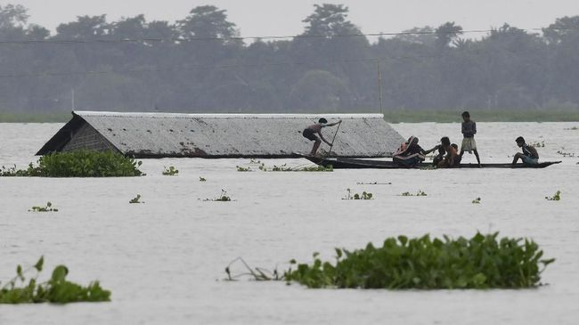 Banjir terparah di India dalam 50 tahun terakhir telah menyebabkan 115 tewas, puluhan hilang, dan ratusan ribu warga dievakuasi.
