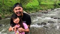 <p>Momen menyenangkan mengajak anak-anak menikmati alam bebas. Si kakak Audie Oryza Sativa kesenangan nih main air di kali. (Foto: Instagram @wendicagur)</p>