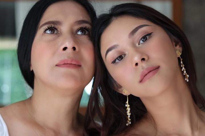 Di usia yang sudah kepala lima, Lydia Kandou tak kalah cantik dari dua putrinya, Nana dan Naysila Mirdad.