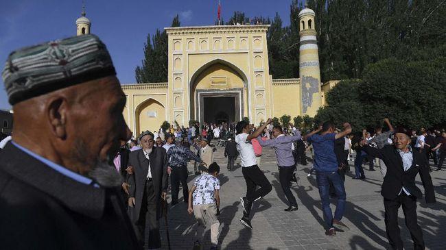 Menlu China Zhao Lijian mengkritik komentar Paus Fransiskus mengenai Muslim Uighur dalam buku terbarunya.