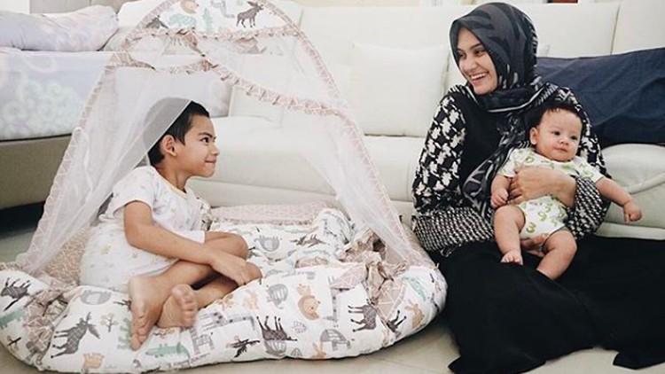 Zee Zee Shahab kaget ketika sang anak dinyatakan tak bisa menghafal dan mengeja. Bahkan, sempat dinyatakan enggak berkembang, Bun.
