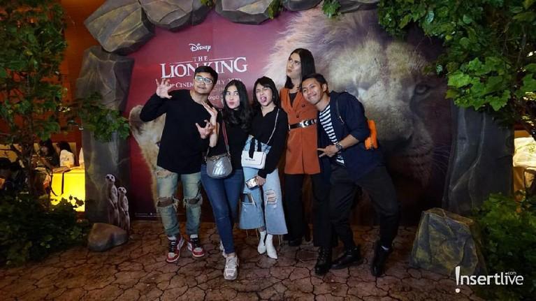 Film The Lion King dibuat ulang dalam versi animasi yang lebih realistis. Berikut ini potret kemeriahan penayangan perdana film The Lion King di Plaza Senayan.