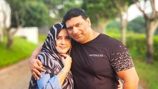 7 Potret Kemesraan Kakak Ipar Fairuz, Pedangdut Ashraff & Istri