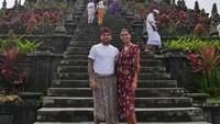Alves dan istri juga mengunjungi Pura Besakih, salah satu destinasi wisata yang wajib dikunjungi turis asing ketika ke Bali. (Foto: Instagram @danialves)