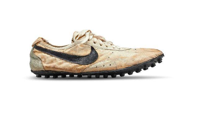 Sneakers Moon Shoe yang dirilis Nike pada 1972 silam cetok rekor harga lelang sepatu termahal.