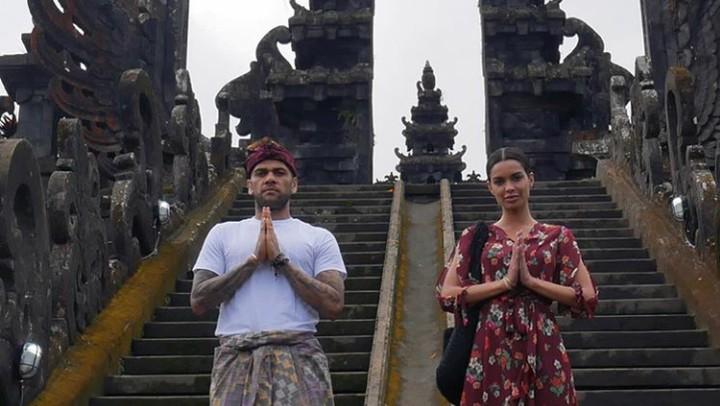 Dani Alves, pemain timnas Brasil berkunjung ke Bali untuk bulan madu bersama istrinya, Joana Sanz. (Foto: Instagram @joanasanz)