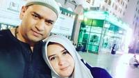 <p>Enggak cuma liburan, keduanya juga menyempatkan diri untuk menunaikan ibadah umrah bersama. (Foto: Instagram @ashraff_abu)</p>