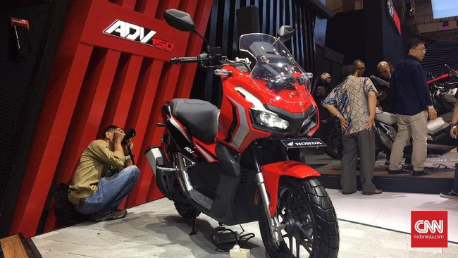 Honda ADV 150 cc hadir dalam wujud skutik petualang terinspirasi X-ADV. Bedanya X-ADV dilengkapi mesin 2 silinder 745 cc, sementara ADV bermesin lebih 'kerdil'.