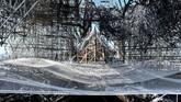 Pemerintah Prancis sedang melakukan restorasi terhadap bangunan utama Notre Dame, diperkirakan rampung saat musim gugur.