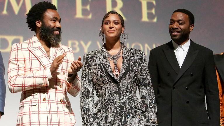 Beyonce, Donald Gover dan ChiwetelEljofor terlihat sangat memukau saatbertemu dengan para penggemar di dalam bioskop setelah menonton The Lion King.