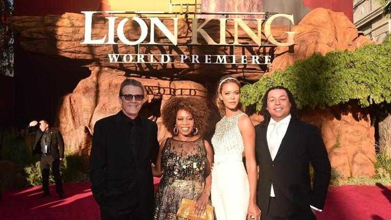 TerlihatRoderick Spencer, Alfre Woodard, Mavis Spencer, dan Duncan Spencer berfoto di karpet merah saat acara World Premiere film Lion King.