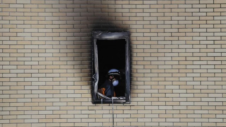 Saat kebakaran terjadi, tim penyelamat langsung sigap datang untuk memadamkan api. Mereka juga mengevakuasi sejumlah orang yang masih berada di dalam gedung.