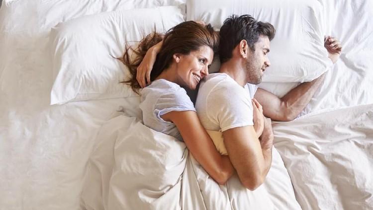 Rasa sakit yang Bunda rasakan dapat mengurangi kenyamanan saat bercinta sama Ayah. Ganti dengan posisi berikut yuk!